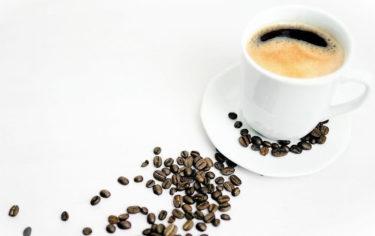 コーヒー豆のカフェイン量は品種により異なる。焙煎度合いに左右されないってホント?1日の目安は?
